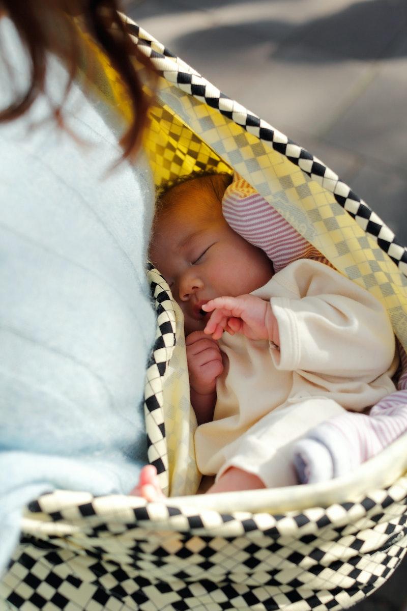 スリングの中ですやすや眠る赤ちゃん。